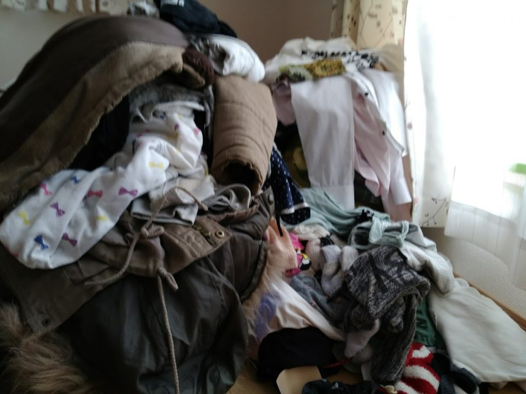 片付けで処分する洋服が山になっている様子