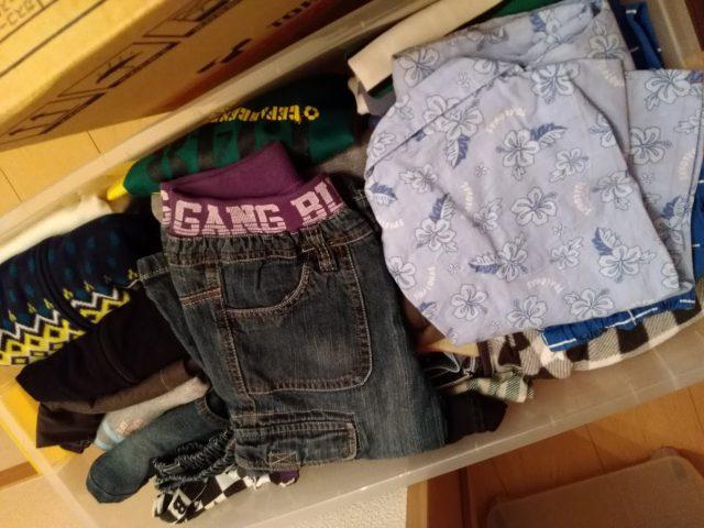 フリーマーケットの準備の衣装ケースの中身