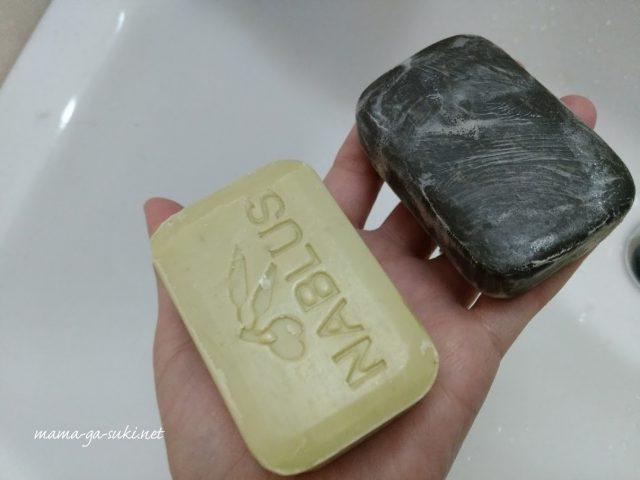 ナーブルスソープ新しい石鹸と古い石鹸を手にのせた画像