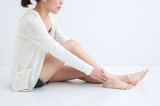 脚を気にする女性の画像
